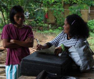 Area-Koordinatorin Gaga (re.) in Sinaysayan im Gespräch mit Mutter Marina.