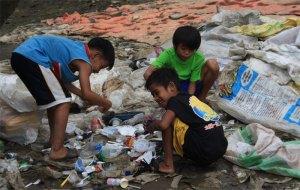 Kinder sortieren Müll
