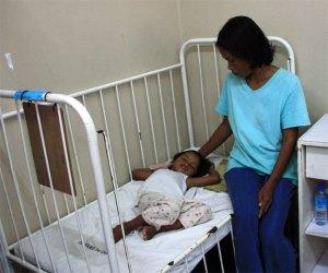 Rosebelle und Mutter Marina warten auf die Operation.