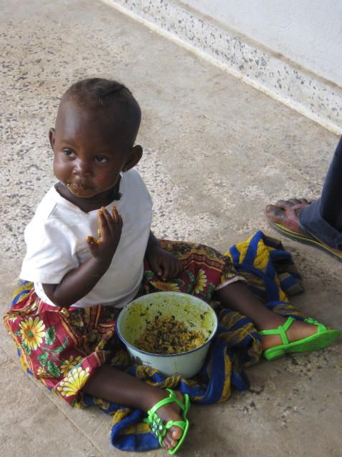 Sierra Leone, Serabu, Kind, Essen