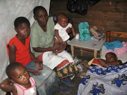 Kenia Nairobi Mathare Slum Hütte Familie