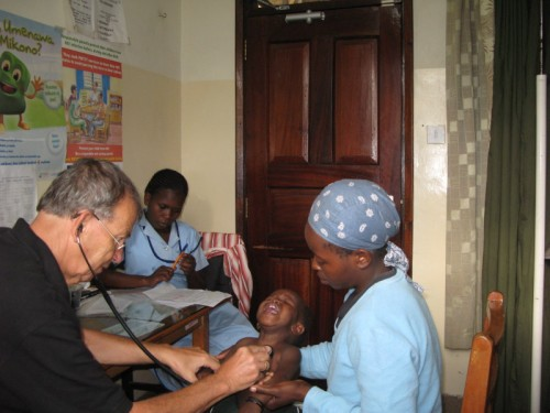 Kenia-Mathare Valley-Baraka_Tagebuch Frieder Metz_Untersuchung Kind 2