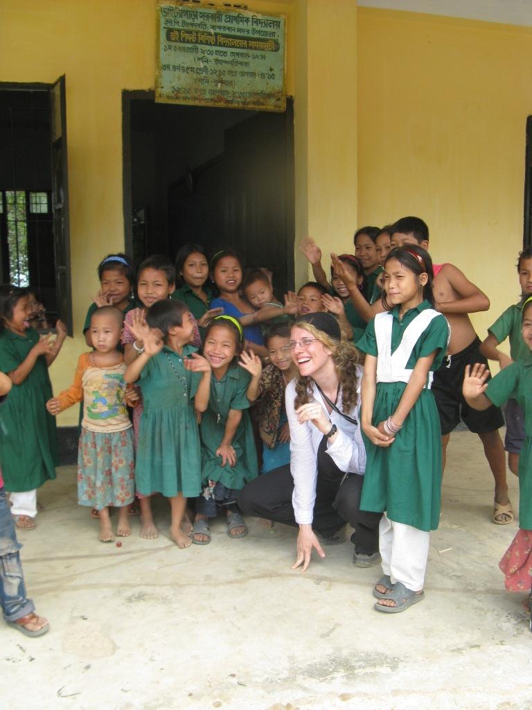spielende Kinder mit Isabel Herrero