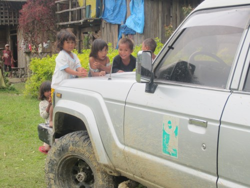 Kinder auf unserem Rolling Clinic-Geländewagen