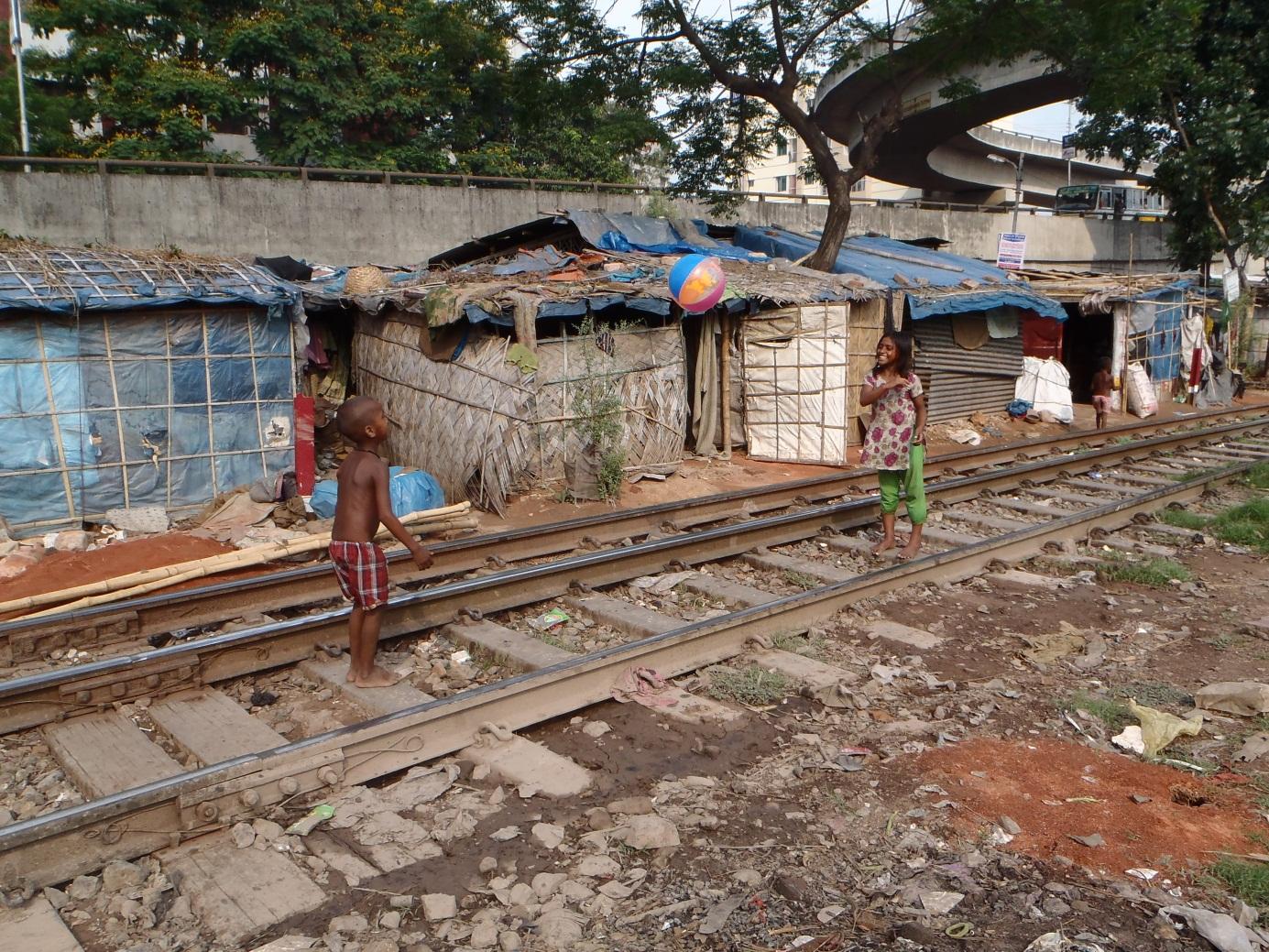 Der Spielplatz dieser Kinder im Slum Kilgoan 2 sind ebenfalls die Bahngeleise