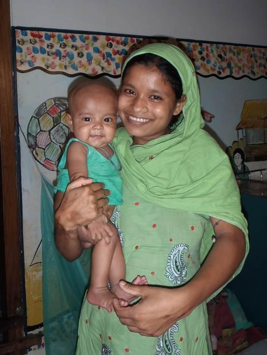"""Raju mit seiner Mutter nach sechs Tagen in der """"Feeding-Station"""""""