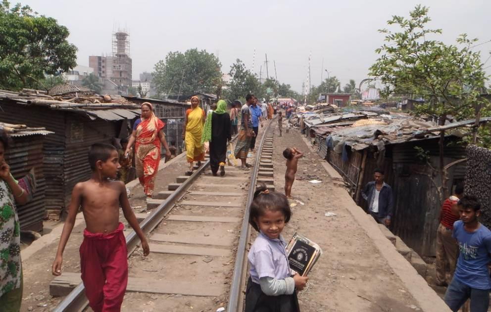 Slum Gandaria entlang der Bahngeleise, auf welchen ca. halbstündlich Züge durchbrausen