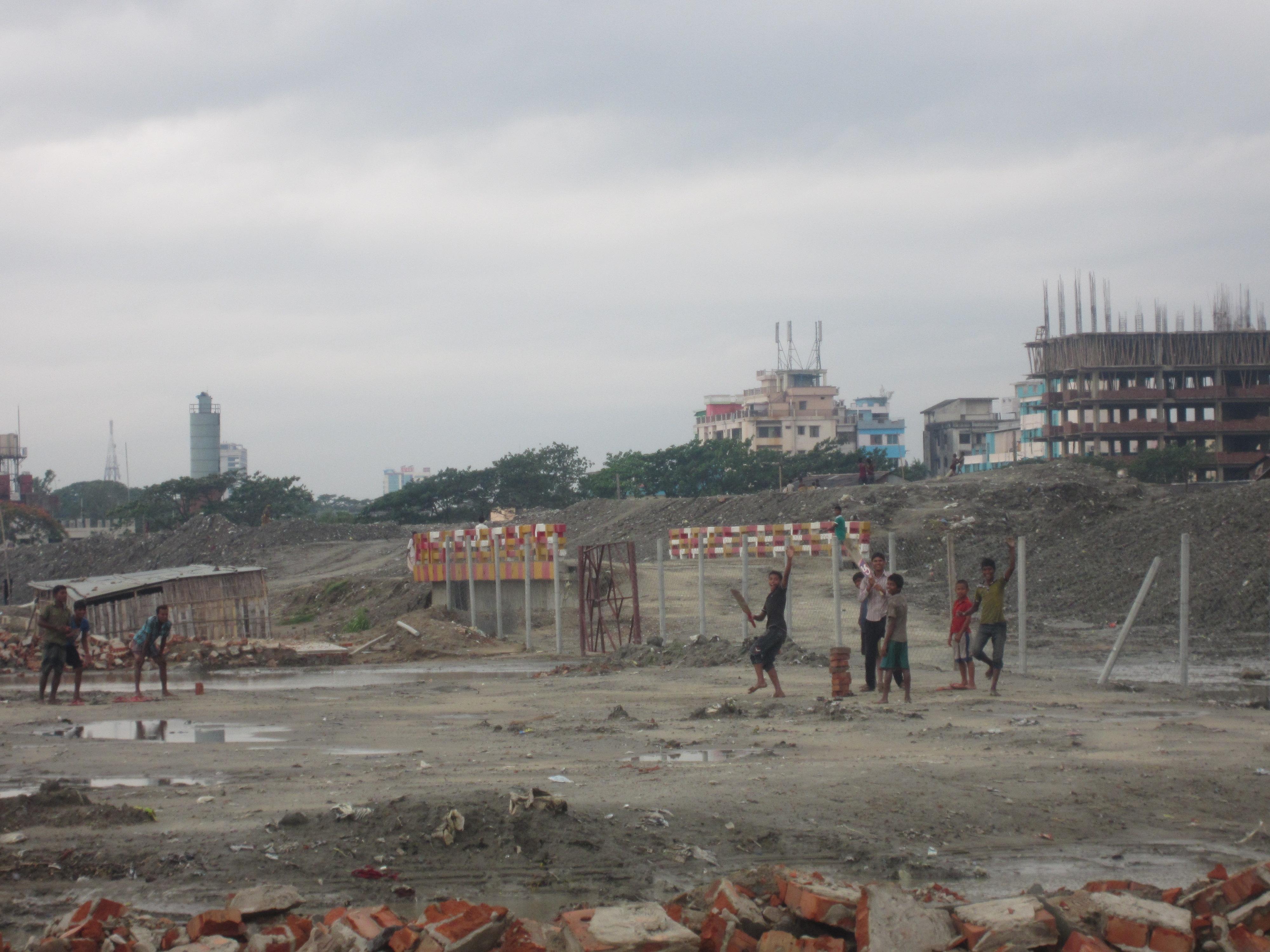 Kinder auf einer Baustelle