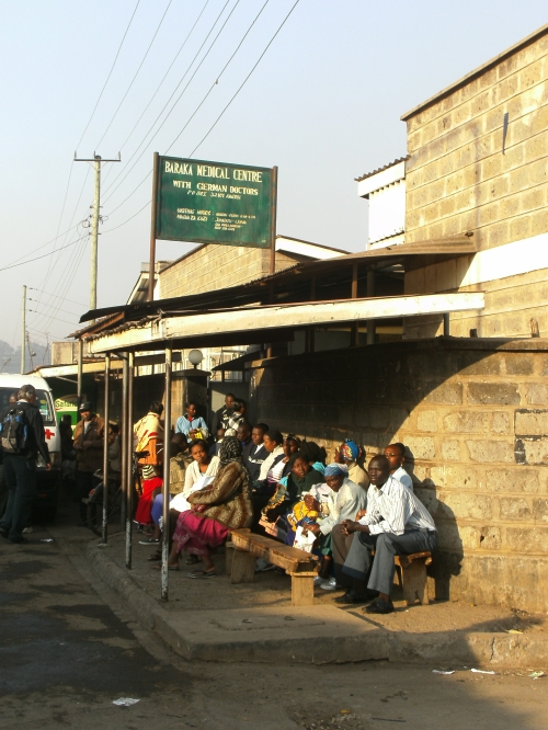 Schon früh morgens warten Patienten vor der Ambulanz