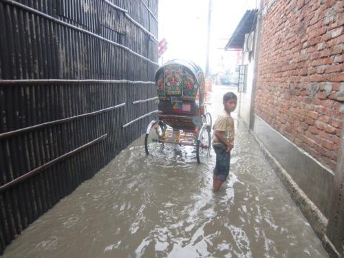 Hochwasser auf dem Weg in den Slum