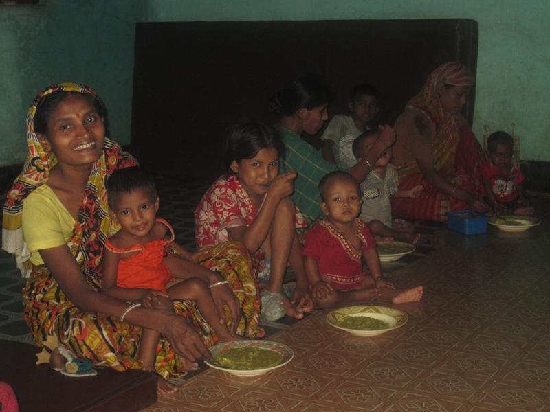 Jeden Tag gibt es Kitchuri für die Kinder