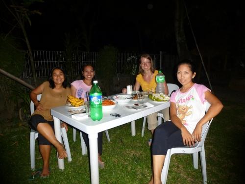 Das Südtour-Team und ich beim Abendessen im Garten des Staff Houses für die Süd-Tour