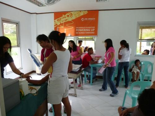 Empfangsbereich der Rolling Clinic in Towerville (nahe Manila) mit Ausgabe von Medikamenten und Patientendatenaufnahme