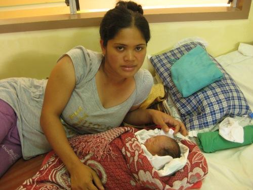 Eine junge Mutter mit ihrem Neugeborenen