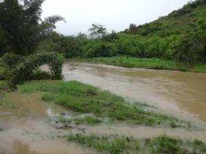 der Fluss hat die doppelte oder sogar dreifache Menge des Wassers wie normal