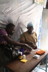 2014_08_Medikamentenausgabe in Nairobi